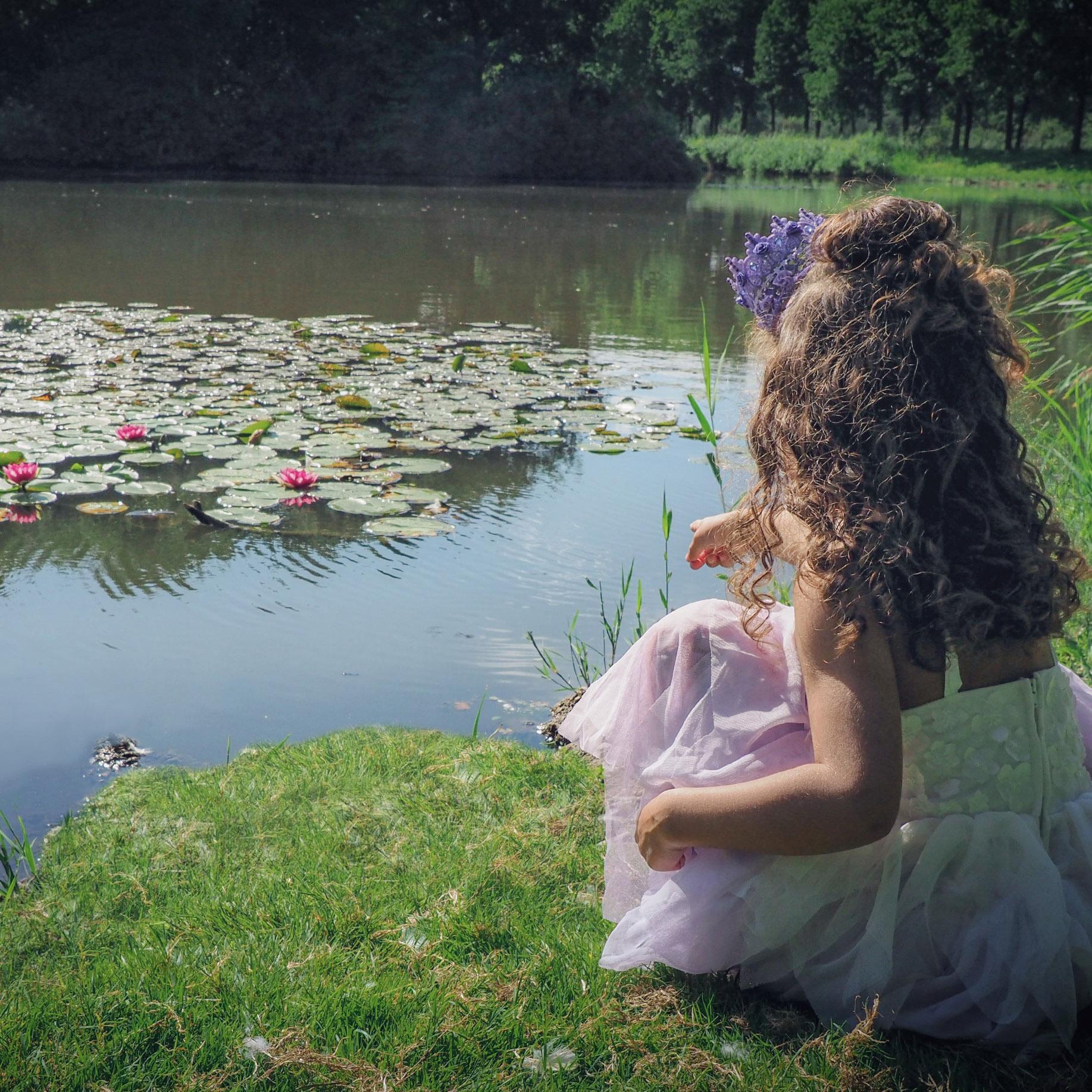 Meisje aan waterkant